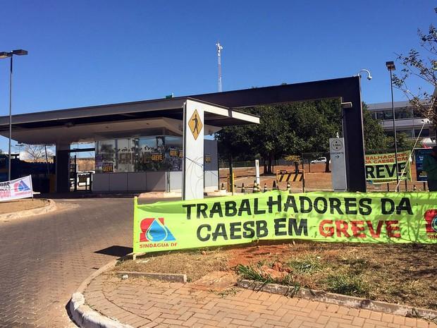 Resíduo de esgoto vaza de estação da Caesb e atinge Lago Paranoá